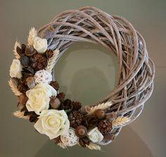 Christmas Flower Arrangements, Floral Arrangements, Vence, Christmas Crafts, Christmas Decorations, Christmas Makes, Grapevine Wreath, Flower Decorations, Diy Home Decor