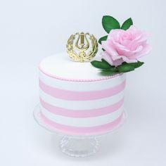 pieni ylioppilaskakku ja vaaleanpunainen ruusukoriste Cake Decorations, Studio, Desserts, Fun, Tailgate Desserts, Deserts, Postres, Dessert, Study