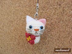 白猫(花) *ストラップ*大きさ 4cm (ストラップ含まず)つぶらな瞳の白猫ちゃんです。首元にお花のモチーフを刺繍糸で編みました。後ろにはくるりとした尻尾が...|ハンドメイド、手作り、手仕事品の通販・販売・購入ならCreema。