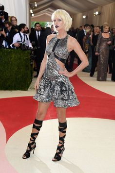 Met Gala 2016 possibly the year's most exclusive, extravagant and biggest fashion event there is. Check out the amazing Met Gala 2016 red carpet looks here. Taylor Swift Moda, Style Taylor Swift, Taylor Alison Swift, Anna Wintour, Celebrity Red Carpet, Celebrity Dresses, Celebrity Style, Celebrity Pictures, Manequin