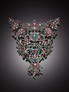 Devant de corsage. Giovanni Amedeo Tempia, gioielliere; Benedetto Giacomino, orafo. Argento, oro, diamanti, smeraldi, rubini, zaffiri, granato rosalie, 1758
