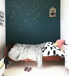 modern girl bedroom decor with green wall and modern wall decor, minimalist girl room decor Trendy Bedroom, Girls Bedroom, Bedroom Decor, Star Bedroom, Bedroom Green, Kids Room Design, Boy Room, Girl Rooms, Nursery Room