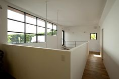Pasillos, vestíbulos y escaleras de estilo  por Sakurayama-Architect-Design