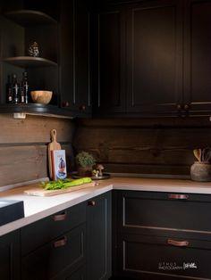 Nyoppført lekker hytte med flott og attraktiv beliggenhet. | FINN.no Kitchen Dining, Kitchen Decor, Kitchen Cabinets, Kitchen Ideas, Log Home Kitchens, Montana Homes, Cuisines Design, Log Homes, Kitchen Interior