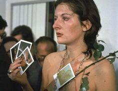 Au înţepat-o cu spinii trandafirului. I-au rupt hainele şi au tăiat-o. Unul dintre participanţi i-a gustat sângele. S-a ajuns până în punctul care, spre final, o persoană din public...