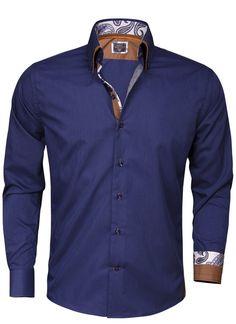 Donkerblauw Italiaans overhemd van Arya Boy. Het slimfit overhemd is gemaakt van 80% katoen en 20% polyester. Op het overhemd met hoge kraag is een bewerkt patroon in de binnenzijde van de kraag aangebracht. Dit heren shirt met transparante blauwe knopen is afgewerkt met een 3-knoops sluiting, een verstevigd manchet en een bruine dubbele kraag.