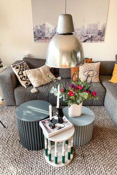 Im Wohnzimmer von @makajumy sorgen besondere Tische, gemütliche Deko und Wandgestaltung für einladende Stimmung. Boho Stil, Vintage Stil, Ceiling Lights, Inspiration, Living Room, Projects, Home Decor, Decorating Living Rooms, Small Baths