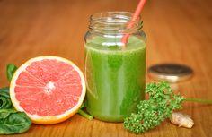 Detox time : jus de pamplemousse et épinards. Il améliore la digestion et permet de faire le plein d'énergie et d'antioxydants.