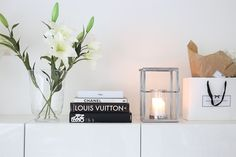 Homevialaura   Livingroom details   coffee table books   white lilies