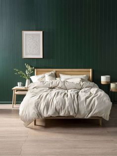 Green Bedroom Walls: 8 Of The Best Calming Bedroom Colour Schemes You Need To Try Forest Green Bedrooms, Emerald Green Bedrooms, Green Bedroom Walls, Green Master Bedroom, Dark Green Walls, Green Rooms, Cozy Bedroom, Bedroom Decor, Design Bedroom