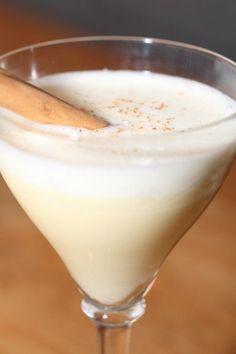 Zo maak je eggnog / eierpunch voor kerst Cocktail Drinks, Cocktails, Eggnog Recipe, Other Recipes, Milkshake, Glass Of Milk, Tapas, Liquor, Smoothies