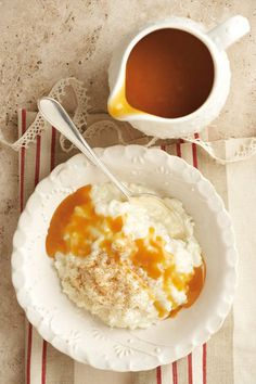 Rice pudding with caramel sauce South African Dishes, South African Recipes, My Recipes, Sweet Recipes, Dessert Recipes, Recipies, Delicious Desserts, Yummy Food, Dessert Decoration