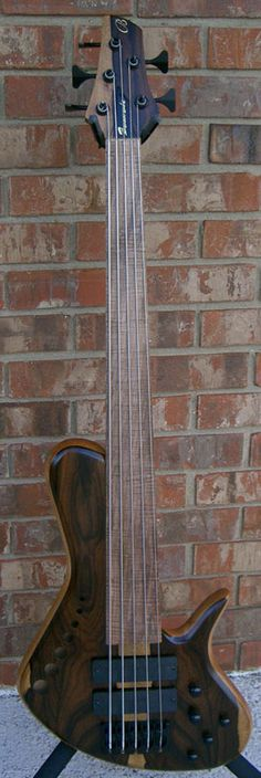 Single Cutaway D-style body by Benavente Guitars & Basses