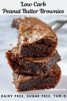 Rich, decadent, fudgy Chocolate Peanut Butter Brownies that can be made in less than 30 minutes! These low carb brownies make an excellent keto dessert, and they are sugar free and gluten free as well! Chocolate Peanut Butter Brownies will be a new favori Keto Desserts, Sugar Free Desserts, Sugar Free Recipes, Healthy Dessert Recipes, Keto Recipes, Trim Healthy Recipes, Holiday Desserts, Keto Snacks, Diabetic Snacks