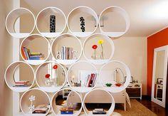 As colmeias de papelão empilhadas formam uma estante e também delimitam as áreas do estar e do quarto. Projeto: Carlos Marsi