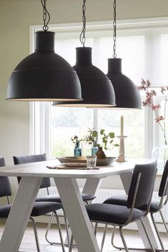 KARWEI | Het industriële, robuuste design van deze lamp is een eyecatcher voor boven de keukentafel #wooninspiratie #verlichting #karwei