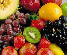 Vive con Diabetes - Las  mejores frutas para diabéticos. Manzanas  Son ricas en fibra soluble, vitamina C y antioxidantes. También contienen pectina que ayuda a desintoxicar el cuerpo y eliminar los productos de desecho dañinos, así como reduce las necesidades de insulina de los diabéticos hasta en un 35 por ciento.  Además, las manzanas ayudan a prevenir ataques al corazón, reducir el riesgo de cáncer y prevenir enfermedades oculares entre las personas diabéticas.   Cerezas  Estas contienen