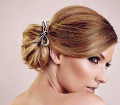 Penteados com acessórios para madrinhas e noivas