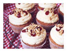 Erdnussbutter-Marmeladen-Cupcakes / Peanut Butter & Jelly Cupcakes – Kuchenphilosophie