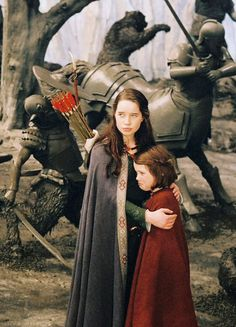 Anna Popplewell & Georgie Henley in 'The Chronicles of Narnia: The Lion, the Witch and the Wardrobe' Susan Pevensie, Edmund Pevensie, Lucy Pevensie, Narnia Cast, Narnia 3, Narnia Prince Caspian, Narnia Movies, Anna Popplewell, Georgie Henley