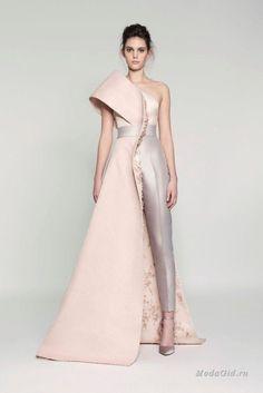 Сирийский дизайнер Rami Al Ali создает великолепные вечерние платья уже больше 10 лет. Его новая кутюрная коллекция - это работа с формой и декором. Цвета выбраны нежные и нейтральные, а главный акцент сделан на силуэты.