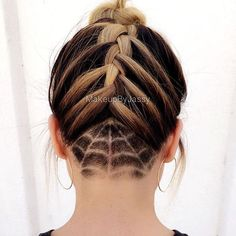 Cool 39 Stunning Halloween Hairstyle Ideas for Women. More at http://aksahinjewelry.com/2017/09/29/39-stunning-halloween-hairstyle-ideas-women/