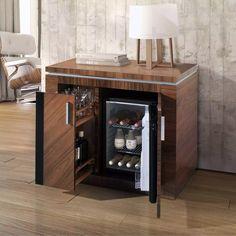 Este mueble italiano me recuerda al cabinet, solo que mas moderno por el hecho de tener un frigobar en el interior.
