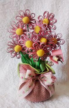 Peso para porta feito com flores de viés, juta e enchimento de argila e fibra.