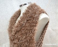 Tricô&Afins: Colete Super Fácil Bege Crochet Fashion, Slippers, Vivo, Knitting, Knitted Baby Clothes, Crochet Blouse, Knitting Sweaters, Sweater Vests, Ponchos