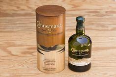 """""""Connemara 12 years"""" Irish Whiskey. 0,7l Flasche irischer Single Malt. """"Peated Irish Single Malt""""; peated bedeutet, dass die Gerste - anders als praktisch bei allen anderen irischen Whiskeys - über Torffeuer gemälzt wird. Deshalb besitzt er im Geschmack eine starke """"Torfigkeit"""", die man sonst von schottischen Whiskys kennt. Jedes Jahr wird nur eine begrenzte Anzahl der ältesten und besten Fässer zur Herstellung des Connemara 12 years verwendet. Alkoholgehalt 40% vol."""