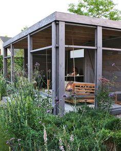 Hou de tuinkamer transparant en timmer niet alle kanten potdicht. Kies wel voor een beschut plekje in je tuin.