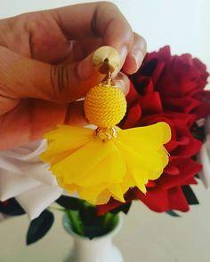 La imagen puede contener: flor y planta Tatting Earrings, Diy Earrings, Leather Earrings, Flower Earrings, Earrings Handmade, Textile Jewelry, Fabric Jewelry, Jewellery Making Materials, Jewelry Making
