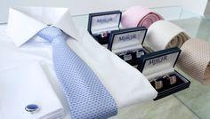 Na ślub i wesele polecamy tylko białe koszule. Szyku i elegancji dodadzą spinki z kamieniem oraz koniecznie jedwabny krawat. Kolory tych elementów powinny pasować nie tylko do siebie, ale również do koloru i tkaniny garnituru. Najodpowiedniejszymi butami na tę okazję będą sznurowane wiedenki.