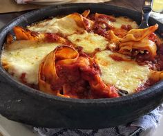 Maltagliati com bolonesa de carne e porco e queijo meia cura, finalizado no forno a lenha: prato do Hospedaria, na Mooca