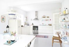 Post: Pintar en casa sin miedo ---> blog decoración interiores nórdicos, casas danesas bonitas, cocina diáfana blanca, colores pastel decoración, decoración blanco, decoración femenina, decoración pintura, estilo nórdico moderno, Pintar en casa