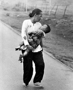 Mother running with her fatally wounded child after napalm attack, Trang Bang, Vietnam June 8, 1972. © 2015 David Burnett/Contact Press Images