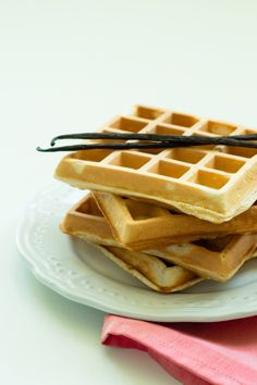 vanilkové vafle waffle wafle recept základní belgické americké bruselské vanilka vanilla wafel Sweet Desserts, Sweet Recipes, Ham, Foodies, Deserts, Food And Drink, Snacks, Cooking, Breakfast