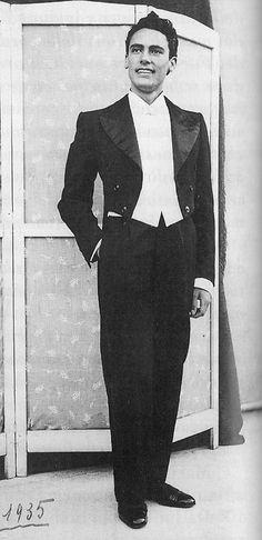 """Mario Del Monaco. Pesaro, 1935 'Per me tutte le piazze , le arene, i Palazzi dello Sport sono luoghi acustici. Non esiste teatro sordo per un cantante che abbia la voce impostata in maschera, esperienza e nitida dizione ."""" MDM"""