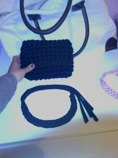 para una amiga k me pidio un bolsito de mano y un collar en negro a falta de algun adorno en el bolso
