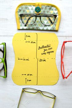 Nähanleitung: Brillenetui   Material: Stoff, Vlieseinlage, Schrägband & Knopf   Schnittmuster   Fotoanleitung auf  waseigenes.com #we #waseigenes Bag Patterns To Sew, Sewing Patterns, Sewing Crafts, Sewing Projects, Diy Accessoires, Diy Fashion Accessories, Fabric Gift Bags, Diy Couture, Jute Bags