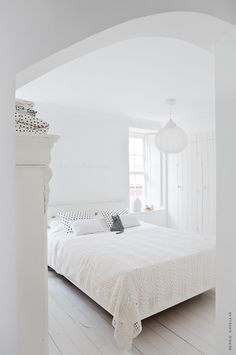Aboustly love this room - I really love the touches of black poka dots and of course the cat cushion!