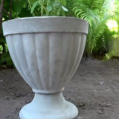 Make your garden even more beautiful with these concrete flower vases ? By: Sergeich Make your garden even more beautiful with these concrete flower vases ? By: Sergeich Diy Cement Planters, Cement Flower Pots, Concrete Pots, Concrete Crafts, Concrete Garden, Flower Vases, Concrete Projects, Vase For Flowers, Wall Planters