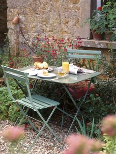 Garden Retreats: Peaceful Outdoor Sanctuaries We Love - French Garden Furniture. French Garden Ideas, Courtyard, Vintage, Country, French Vintage 🙂 Source by vesnabrakus - Back Gardens, Small Gardens, Rustic Gardens, Outdoor Gardens, Outdoor Dining, Outdoor Decor, Dining Table, Outdoor Rooms, Outdoor Ideas