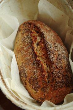 Я начинала знакомиться с заквасочным хлебом именно с ржаной закваски, училась ее выводить и печь некислый пшеничный и кислый ржаной. Поэтому ржаная закваска для меня, как возвращение в родные края. Особенно радостно на душе, потому что расставание было долгим – я пекла на пшеничной закваске, потом на бакферменте в основном пшеничный хлеб, и ни разу не пекла ржаного. Душа истосковалась по аромату ржаного хлеба и яркому кислому запаху ржаной закваски, и даже по ежедневной рутине – п...