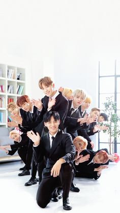 I swear they look like they're that ending photo scene in a insurance company commercial. Also Woozi trying to het in the picture is me. Woozi, Jeonghan, The8, Going Seventeen, Seventeen Debut, Hip Hop, K Pop, Banda Kpop, Vernon Chwe