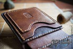 Купить или заказать Мужской кожаный кошелёк 'Брауни' подарок мужчине в интернет-магазине на Ярмарке Мастеров. Кошелёк сделан из итальянской кожи коричневого и тёмно коричневого цвета, отличной выделки. Модель из самой компактной серии! Практичная и очень удобная в использовании . 6 кармашков под карты или визитки, 2 из которых очень вместительные (входит по 8 карт в каждый!) 2 секретных кармашка (для карт или сложенных пополам купюр) и 2 кармашка для быстрого доступа для 1-2х карт, ну и…
