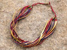 Colar fio de couro com detalhes em metal dourado