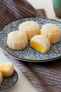 Snow Skin Mooncake for coming mid-autumn day In Vietnam, we eat mooncakes during Mid-autumn festival every year. Traditional Chinese Snow Skin Mooncake with creamy custard filling Asian Desserts, Köstliche Desserts, Delicious Desserts, Dessert Recipes, Yummy Food, Chinese Desserts, Easter Desserts, Rice Recipes, Healthy Desserts