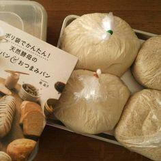 今話題のポリ袋で作る「ポリパン」を知っていますか?ポリ袋とフライパンという身近な調理道具を使って作ることができ、手軽で失敗知らず!ポリ袋にドライイースト(天然酵母)などの材料を入れてふり、発酵させて焼くだけ!アレンジレシピもご紹介します。