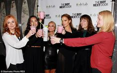 La cantante Jennifer Lopez è tornata alla ribalta parlando nello show del dottor Oz della sua dieta: il segreto della sua linea sarebbero i frullati proteici. Ne prepara uno ai frutti rossi al posto della colazione, ma se deve perdere peso in fretta lo beve al posto della cena. Ecco la ricetta in esclusiva!